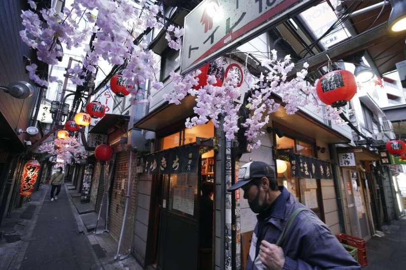 東京新宿的巷弄。(美聯社)