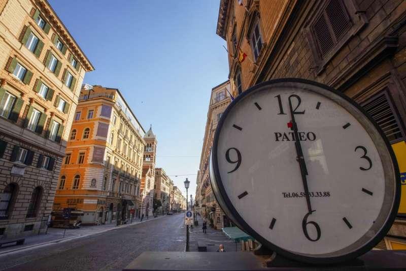 羅馬最熱鬧的民族大街(Via Nazionale)因為新冠肺炎的封城令空無一人。(美聯社)