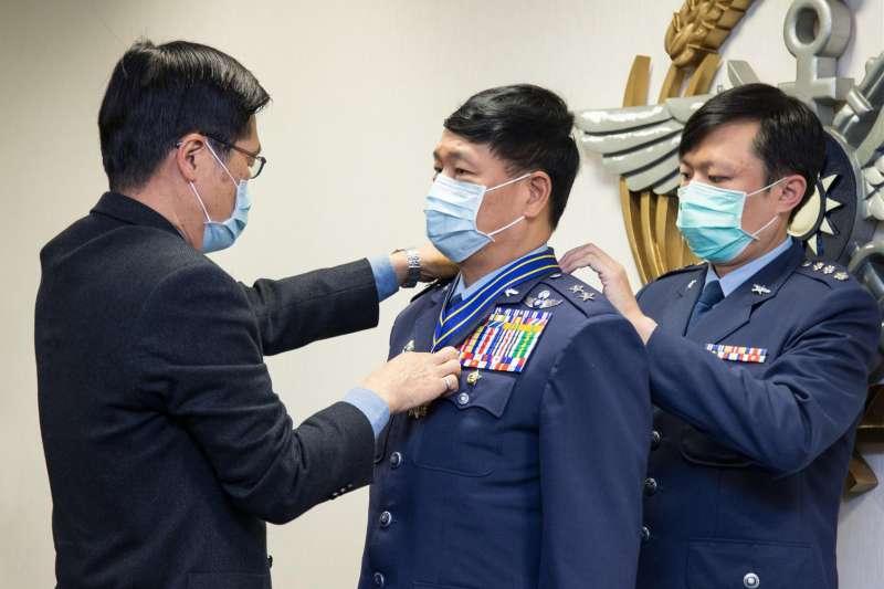 張延廷中將(中)是臺灣首位在現役時就具有正教授資格的空軍將領,是臺灣空軍最後一名曾飛進大陸偵照的飛行員。(資料照,取自軍聞社)