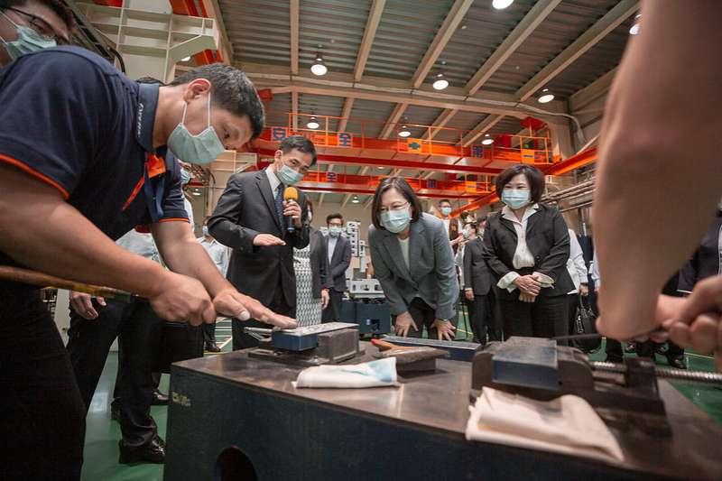20200428總統蔡英文28日上午前往台中訪視「勞動部充電再出發訓練計畫—精呈科技股份有限公司」。(取自總統府網站)