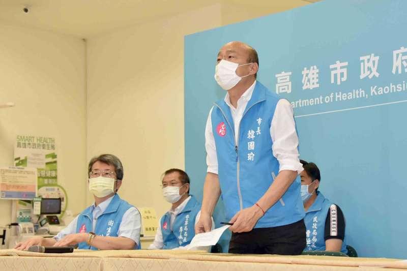 罷韓團體嘲諷韓國瑜(右一)是「封城秀急」,想藉擴大疫情恐慌逃過罷免。(高雄市政府提供)