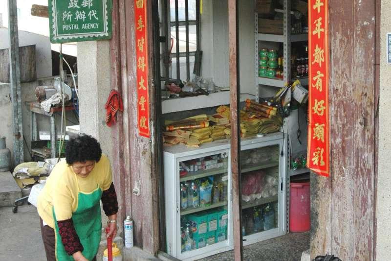 老雜貨店是聚落鄰里的日常,人來人往沉澱累積了跨世代的記憶。(新新聞資料照)