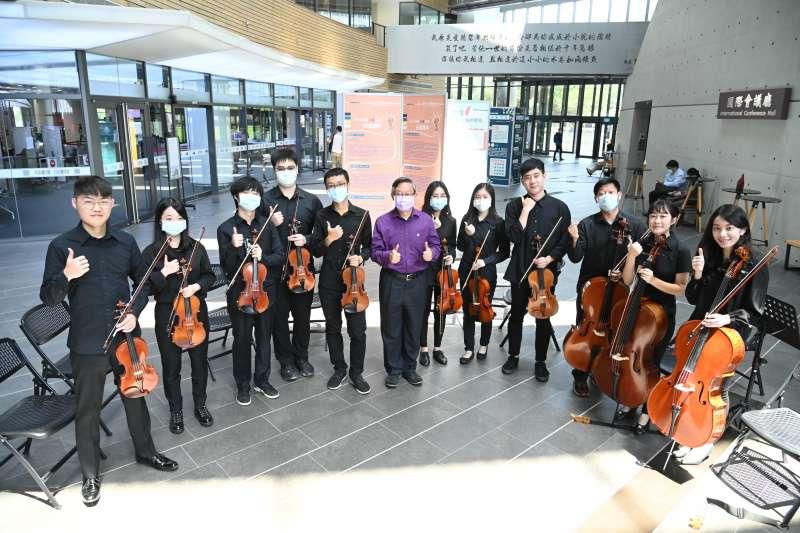 清華大學舉辦一場特別的音樂快閃,慶祝創校109年暨在台建校64周年校慶。(圖/清華大學提供)