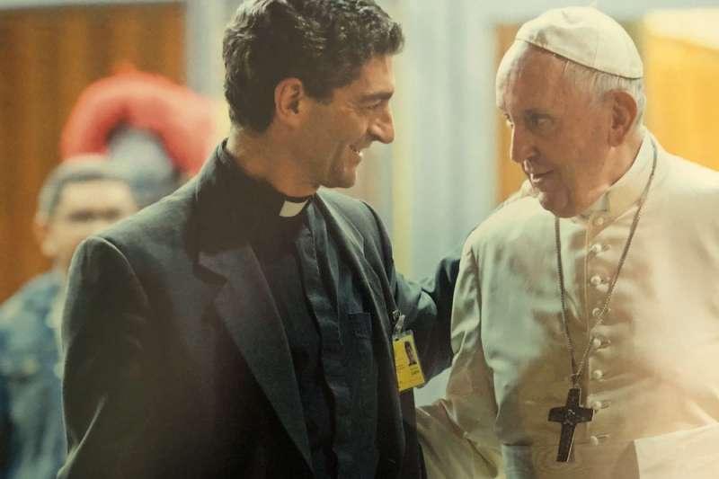 詹皮尼(左)沒有聽聞任何祕密安排教宗方濟各(右)訪問武漢的消息。(翻攝自Augusto Zampini Twitter)