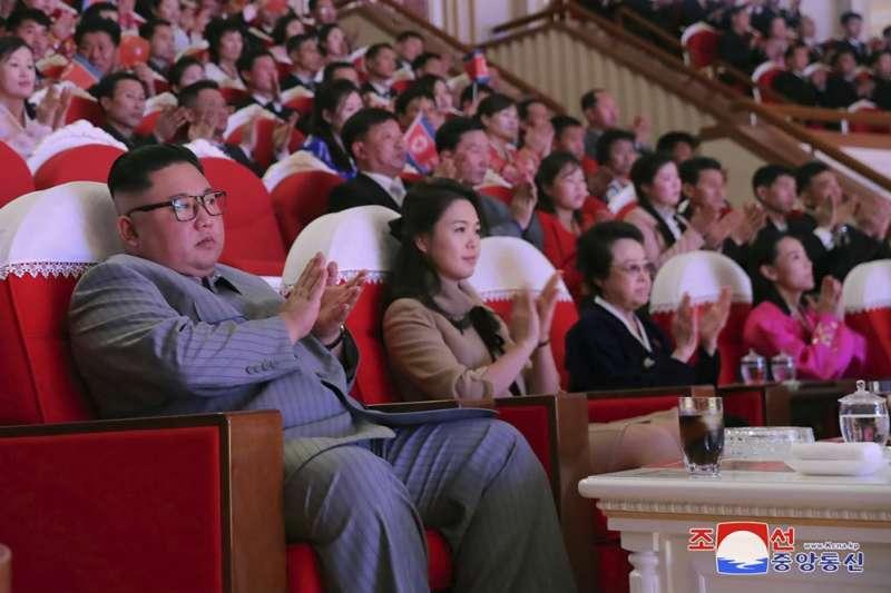 2020年1月25日,金正恩與妻子李雪主、姑姑金敬姬一同出席農曆新年音樂會。前排最右邊就是金正恩的小妹金與正。(美聯社)