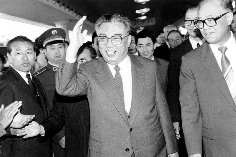 北韓第一代領導人金日成1987年訪問北京,時任中共中央總書記的趙紫陽在一旁陪同。(美聯社)