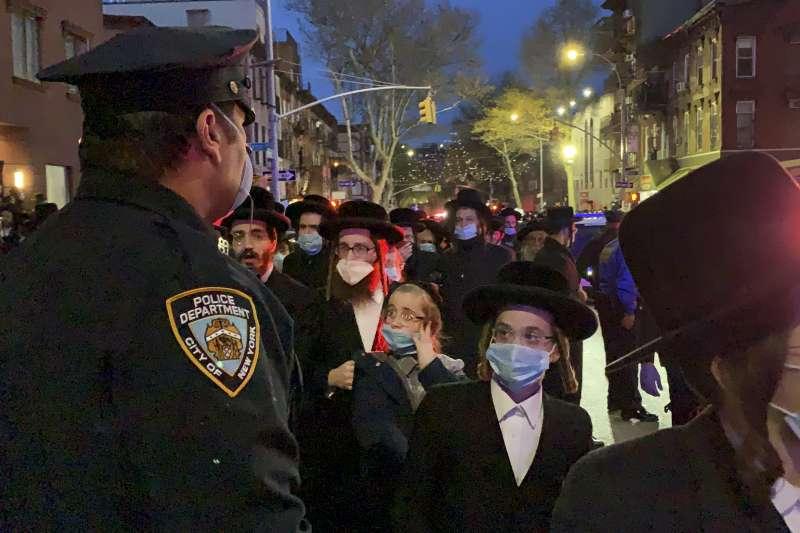 美國紐約市布魯克林的極端正統派猶太教徒群聚參加喪禮(AP)