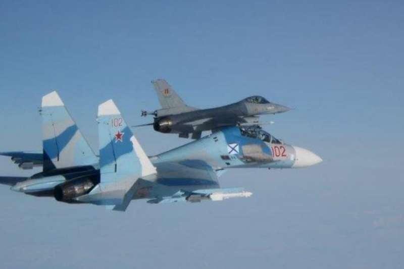 比利時空中力量的F-16戰鬥機與俄羅斯海軍的Su-27伴飛。