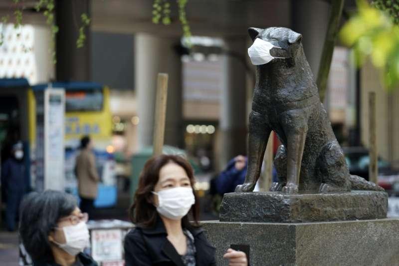新冠肺炎疫情期間,日本「忠犬八公」也戴上口罩。(AP)