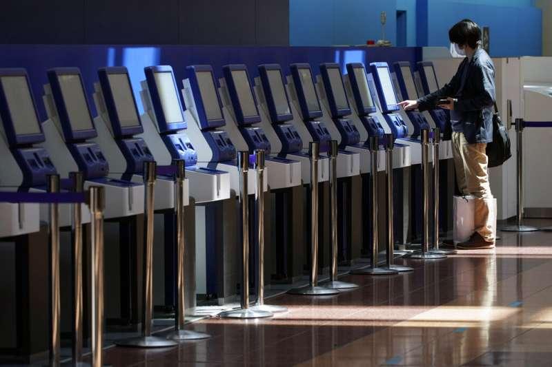 由於新冠肺炎疫情肆虐,日本羽田機場幾乎沒有什麼旅客。(美聯社)