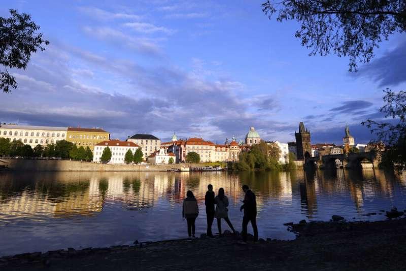 捷克布拉格伏爾塔瓦河畔的景緻。(美聯社)
