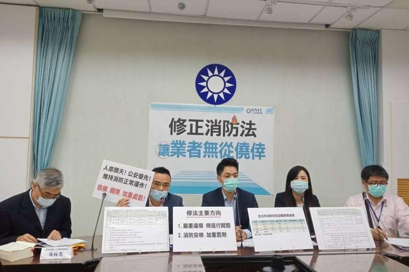 國民黨團30日上午召開「修正消防法,讓業者無從僥倖」記者會。立委洪孟楷(左二)、蔣萬安(中)、萬美玲出席。(右二)出席。(國民黨立院黨團提供)