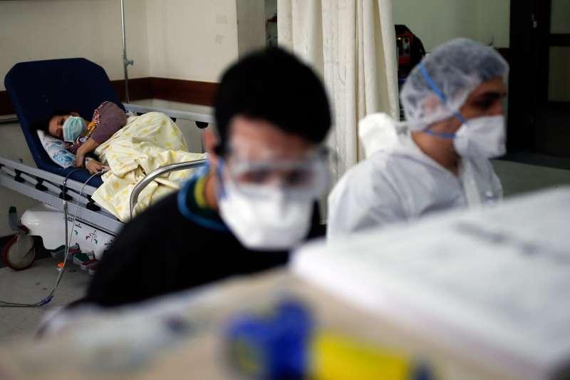 4月13日,土耳其伊斯坦堡大學塞拉帕薩醫學院附設醫院,醫護人員正在查看病患的x光檢查結果(美聯社)
