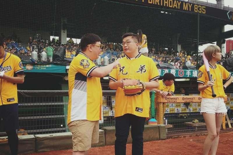立院副院長蔡其昌(右二)及特助蔡克斯(左二)多次現身中信兄弟比賽場合。(蔡克斯提供)