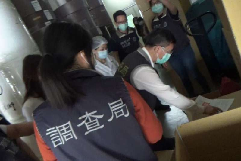 調查局南部機動工作站發現,台南市永康區一間已被政府徵用的口罩生產公司,私下生產大量無醫療器材許可證的口罩並公然販售。(取自調查局官網)