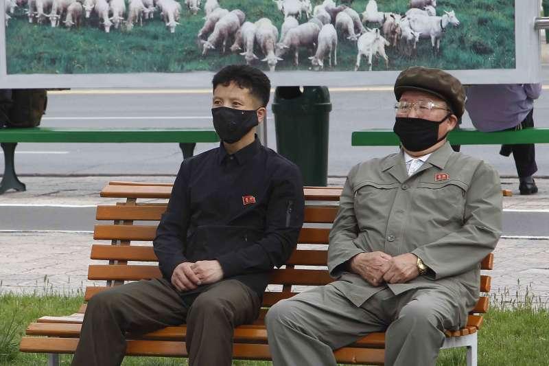 2020年5月2日,北韓首都平壤的民眾觀看最高領導人金正恩現身的新聞(AP)