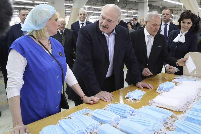 武漢肺炎:白俄羅斯(白羅斯)總統盧卡申科參訪口罩工廠(AP)
