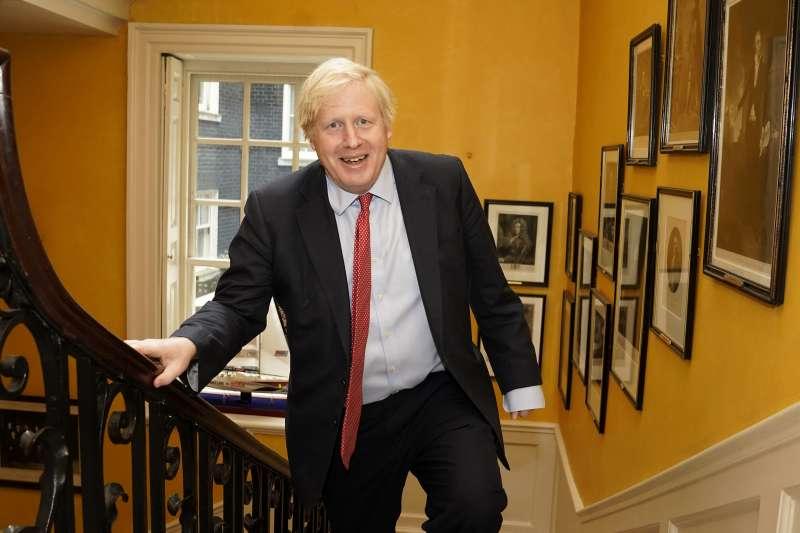英國首相強森因新冠肺炎病情嚴重一度住進加護病房,痊癒後重返唐寧街10號首相府(AP)