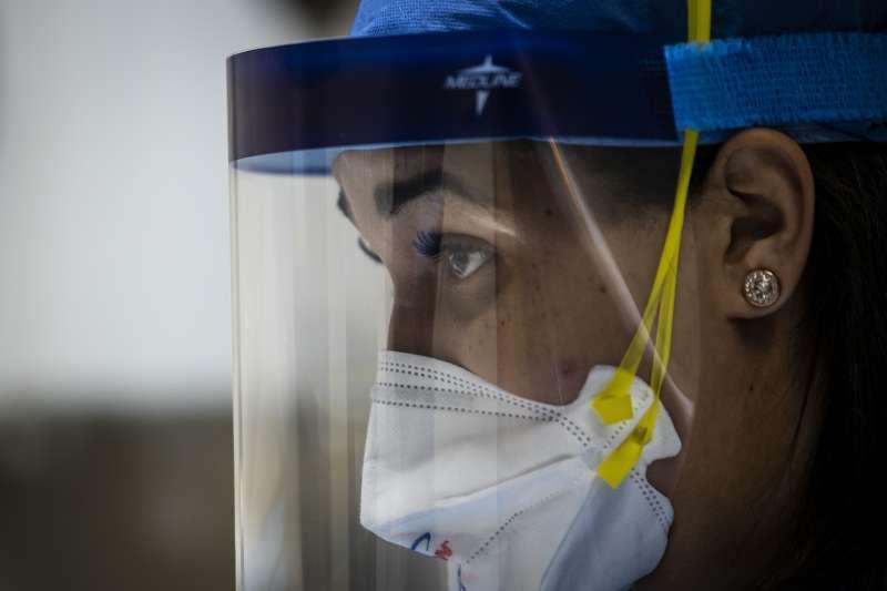 新冠肺炎疫情侵襲全球,醫護人員戮力救治病患。(AP)