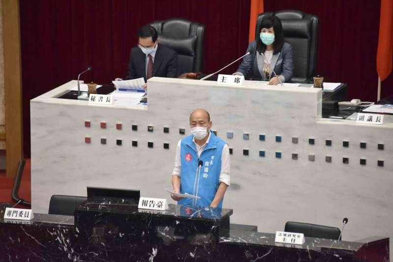高雄市議會今(4)日上午召開第3屆第4次臨時會,市長韓國瑜(中)針對新冠肺炎防疫具體作為與防治措施進行報告。(高雄市政府提供)