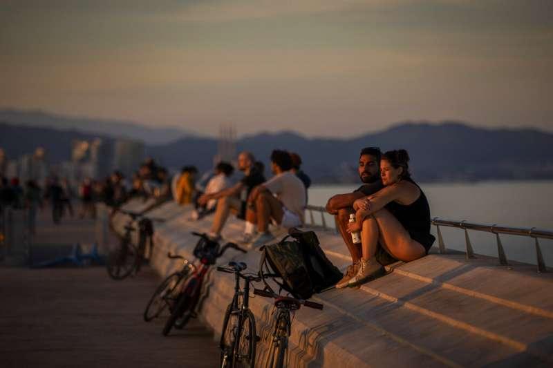 西班牙民眾在數週隔離後終於能回到室外。(AP)