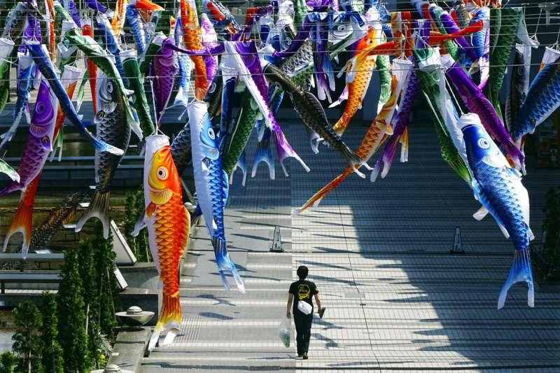 隨著鯉魚旗漫天飛舞,日本夏天的腳步也悄悄走近。(美聯社)