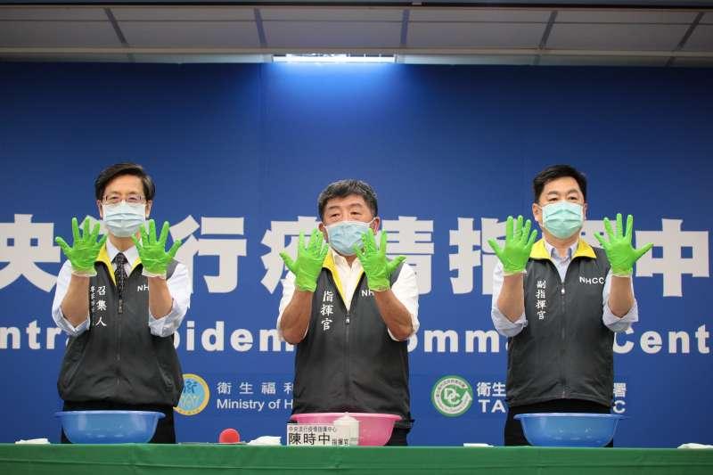 由中央流行疫情指揮中心指揮官陳時中(中)率領的「防疫五月天」,在記者會上教導民眾正確洗手步驟。(資料照,指揮中心提供)