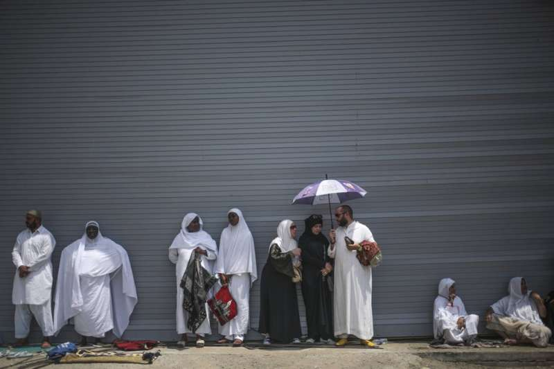 2015年9月,沙烏地阿拉伯麥加的朝覲者想辦法躲避炎炎太陽帶來的高溫(美聯社)