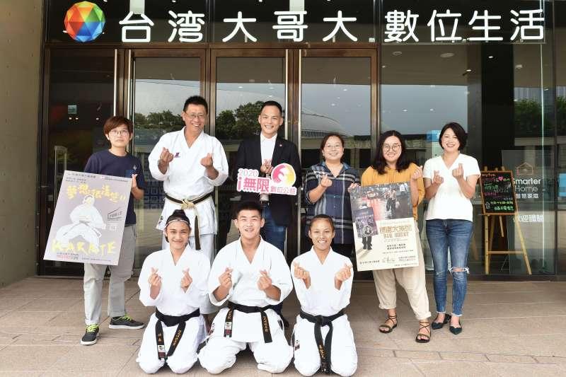 台灣大總經理林之晨(後左三)鼓勵南投縣青少年空手道推展協會及芒草心慈善協會持續向前邁進。(圖/台灣大哥大提供)