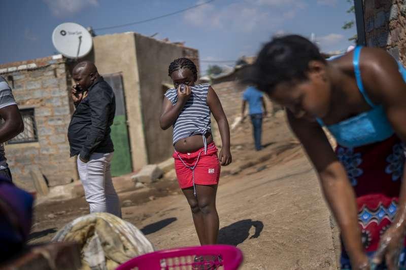 新冠疫情衝擊,全國封鎖超過40天的南非,貧窮人口處境危急。(AP)