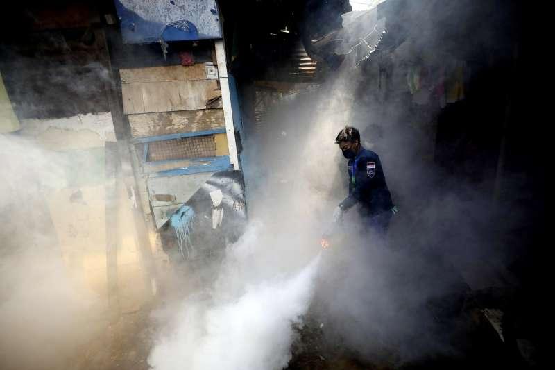 印尼爆發登革熱疫情,當局在街頭進行消毒工作(AP)