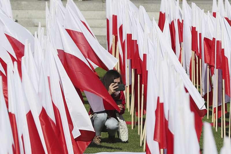 每年5月2日是波蘭國旗日,圖為遊客拍攝波蘭國旗設置的藝術創作(AP)