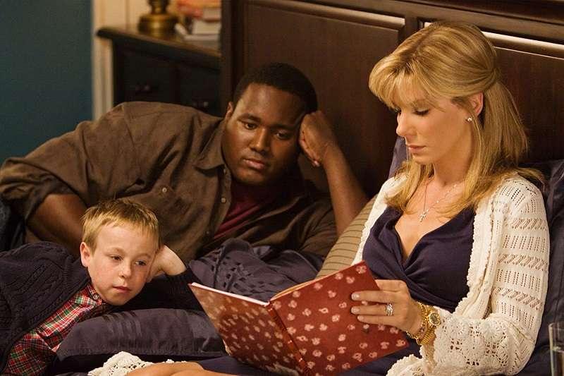 在《攻其不備》這部電影中,蓮安收養的麥可雖然沒有血緣關係,但她對他的付出就像母親一樣,不求回報的付出與接納。(圖/imdb)