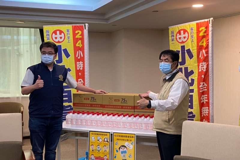 小北百貨副總經理張書賓(左)捐贈100箱防疫酒精予台南市政府,市長黃偉哲代表接受。(圖/小北百貨提供)