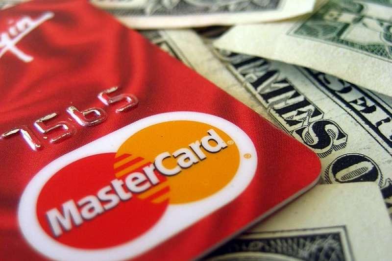 金管會公布金融卡相關資訊,不管是消費金額、發卡數量都相比2月有正向成長。(圖:flickr)
