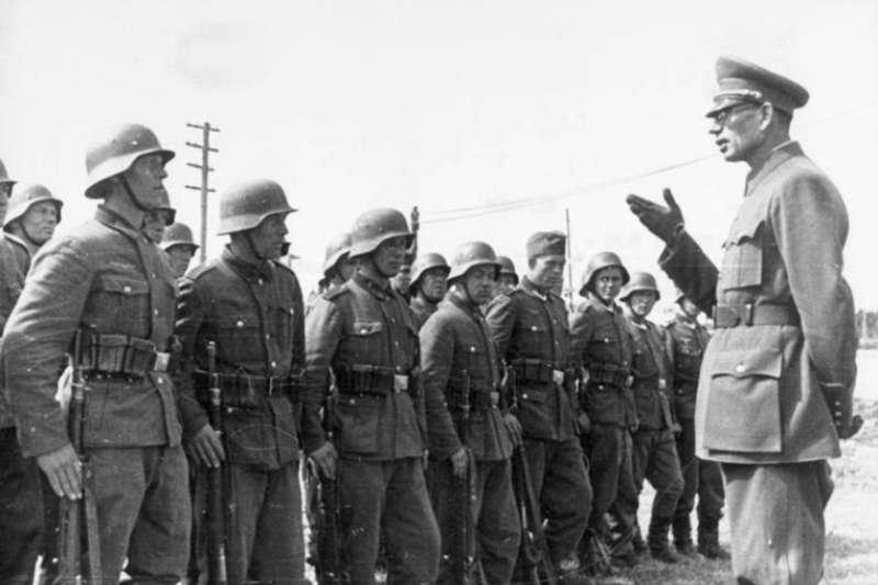 布拉格戰役中的俄羅斯解放軍,弗拉索夫向俄羅斯解放軍訓話。(作者提供)