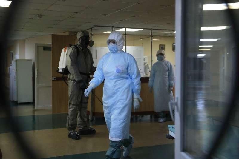 新冠疫情在白俄羅斯肆虐,政府卻鼓勵民眾照常上班。(AP)
