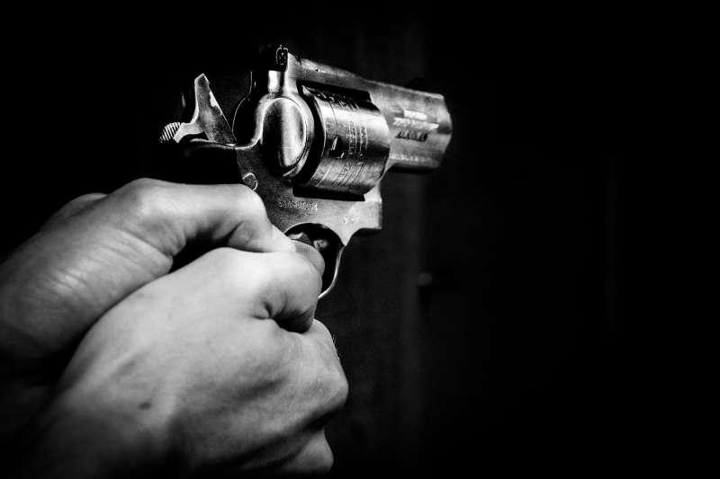 殺人、槍、槍砲、舉槍、瞄準,手槍。(圖/pixabay)