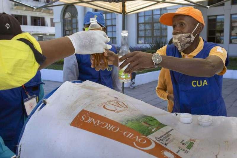 馬達加斯加總統極力推銷的新冠有機茶,而且宣稱富含治療新冠肺炎的療效。(美聯社)
