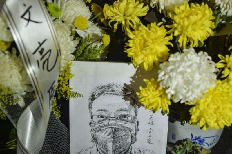中國湖北省武漢市中心醫院李文亮醫生的遺像和供奉的鮮花。(美國之音)