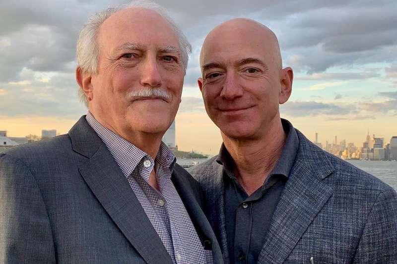 全球電商龍頭亞馬遜掌舵者貝佐斯(右)在疫情下仍大舉擴編,但你知道它背後的不堪故事嗎?(圖:貝佐斯Instagram)