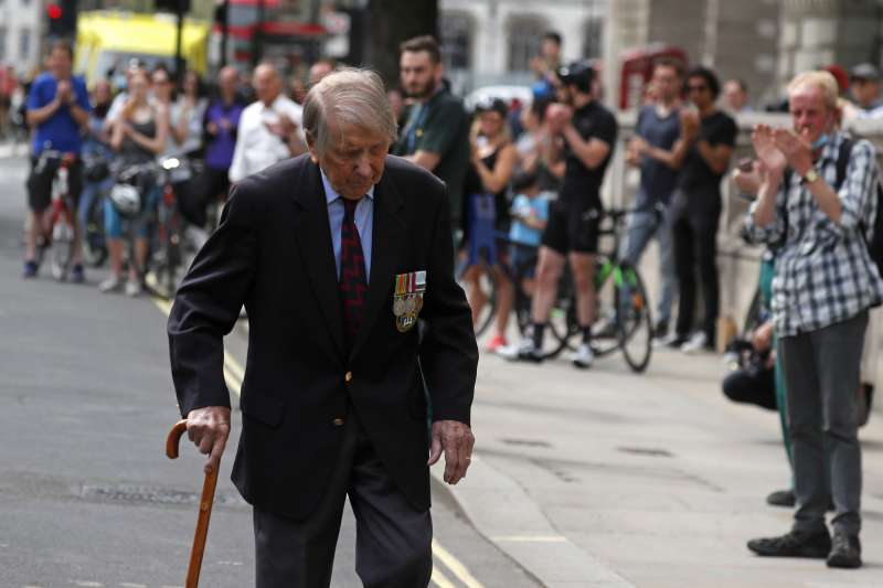 2020年5月8日,第二次世界大戰歐洲勝利75周年,英國民眾為二戰老兵喝采(AP)