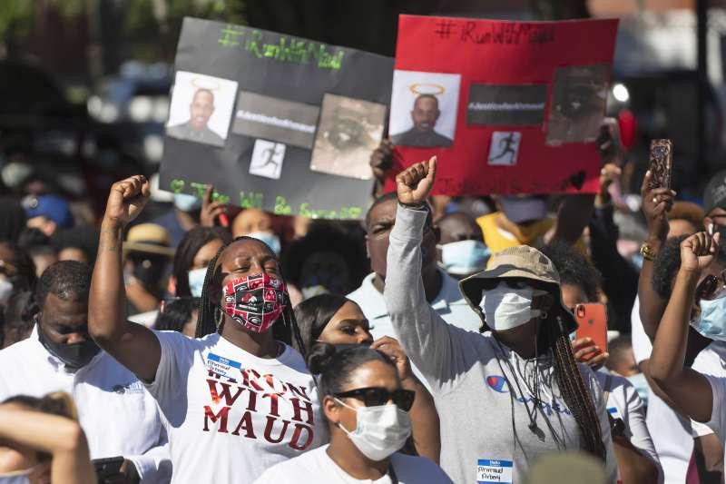 喬治亞黑人青年阿貝瑞遭白人父子無端殺害,民眾抗議州檢查廳試圖包庇罪犯,戴著口罩走上街頭示威。(AP)