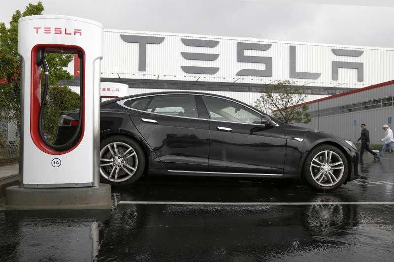 電動車大廠特斯拉(Tesla)市值正式超越臉書(Facebook),財信傳媒董事長謝金河9日在臉書驚呼「Tesla可能標示著未來10年產業新方向!」(資料照,美聯社)