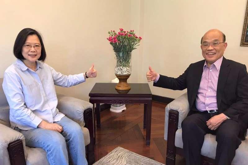 總統蔡英文(左)與行政院長蘇貞昌(右)10日一同分享兩人上午碰面討論政情的照片,桌上也放了28朵康乃馨花。(取自蔡英文臉書)