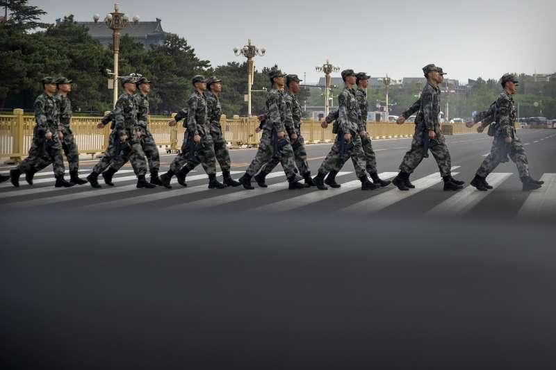 中國解放軍士兵在北京天安門廣場過馬路(AP)