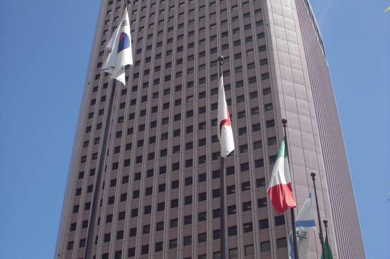 國貿大樓屋齡已屆滿30年,甚至已經符合危老條例的屋齡規定,但因大樓整體仍維持不錯的質感,高CP值頗獲租客青睞。(圖片來源:維基百科)