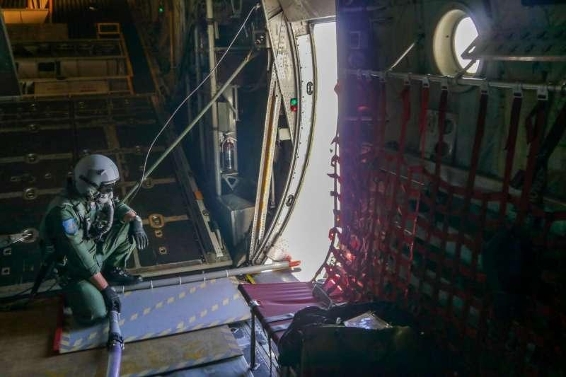 軍氣象中心派遣C–130H運輸機前往水庫集水區,執行「空中人工增雨」作業。(資料照,軍聞社提供)