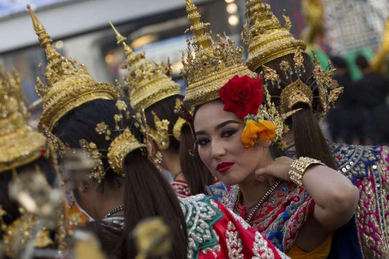 泰國傳統舞者。觀光業是泰國經濟支柱,但今年受到疫情嚴重衝擊,今年到訪泰國的遊客人數銳減(美聯社)