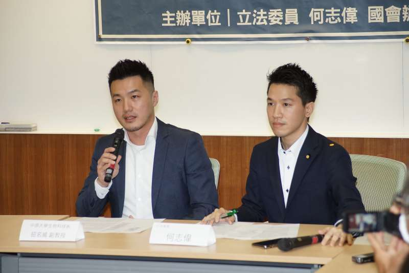20200511-立委何志偉11日召開「中華民國在大學課堂被消失」記者會,中原大學副教授招名威(左)出席。(盧逸峰攝)